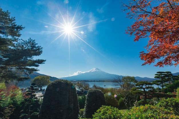 Berg fuji am garten und am see in japan mit blauem wolkenhimmel und rotahornbaum