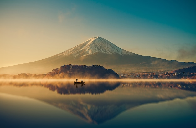 Berg fuji in see kawaguchiko, sonnenaufgang, weinlese