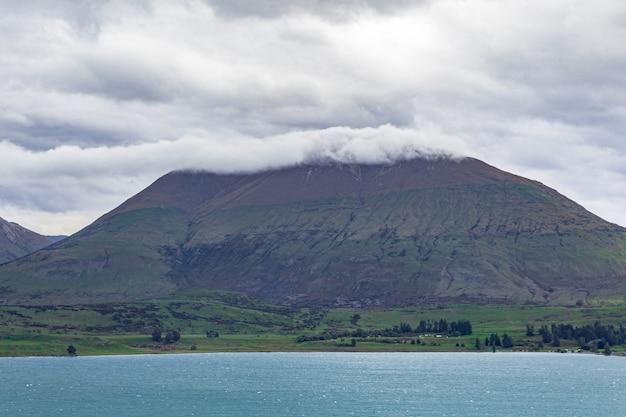 Berg in einer wolkenkappe queenstown bereich lake wakatipu neuseeland