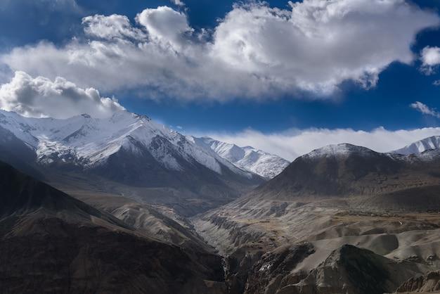 Berg in leh ladakh mit sonnenlicht