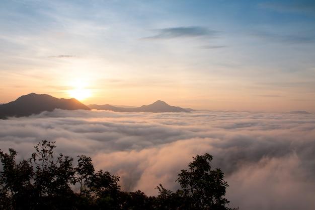 Berg mit weißem nebel im morgensonnenaufgang, naturlandschaft