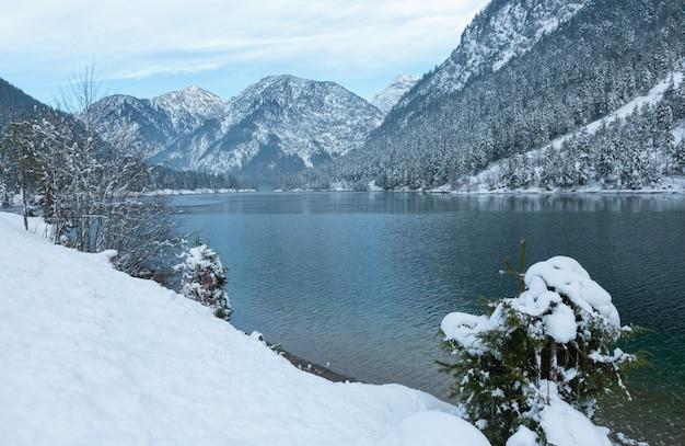 Berg plansee see winteransicht, tirol, österreich.