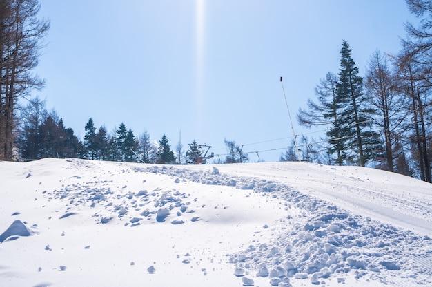 Berg-skigebiet des schneetals nahe berg fuji-ansicht an sonnigem tag im winter