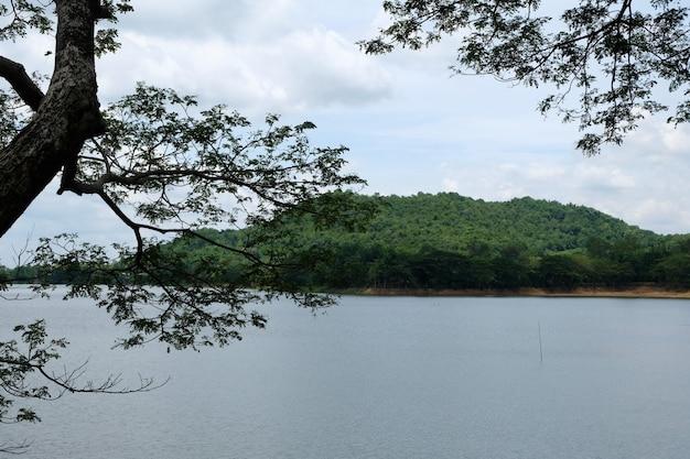 Berg und fluss bei thailand