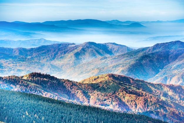 Berg- und hügelketten bei sonnenuntergang