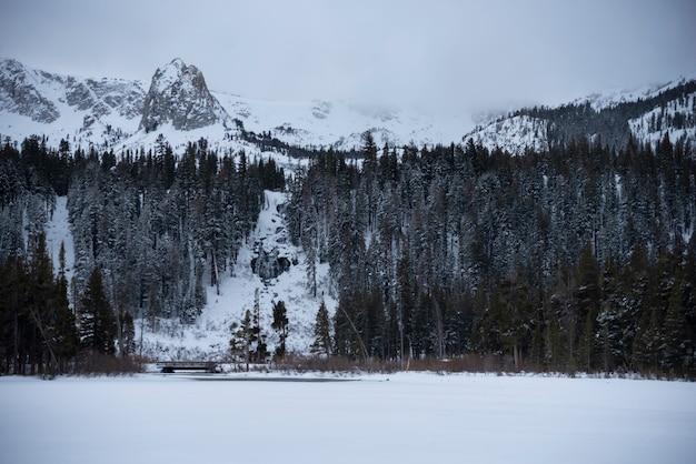 Berg- und wasserfall-panoramalandschaft auf skigebiet mammoth lakes