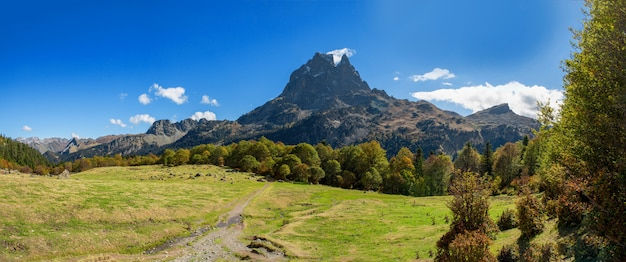 Berg von pic du midi ossau im herbst, frankreich, pyrenäen