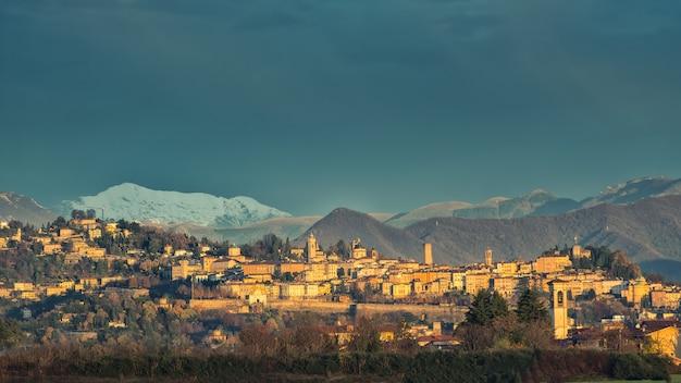 Bergamo alta mit schnee in den bergen