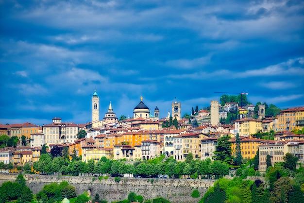 Bergamo blick hoch mit venezianischen mauern ...