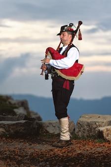 Bergamo dudelsack. spieler mit traditioneller tracht