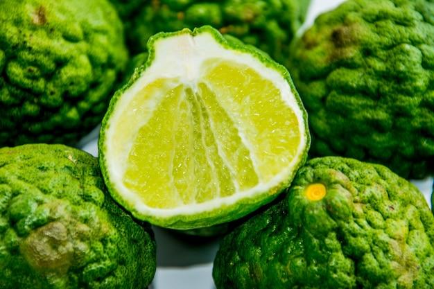 Bergamotte auf weißem hintergrund. citrus bergamia, die bergamotte-orange ist eine duftende zitrusfrucht mit einer gelben oder grünen farbe ähnlich einer limette.