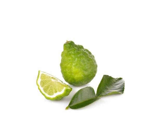 Bergamottefrucht auf weißer wand
