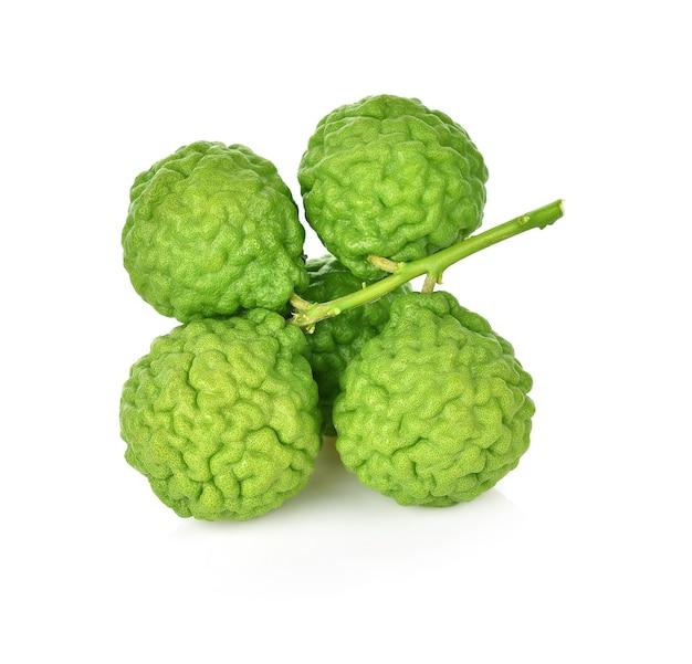 Bergamottefrucht lokalisiert auf der weißen wand.