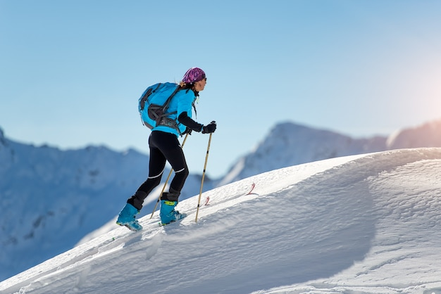 Bergauf frau mit robbenfellen und skibergsteigen
