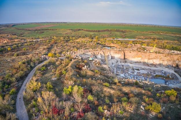 Bergbau in der nähe eines kleinen sees in der malerischen ukraine