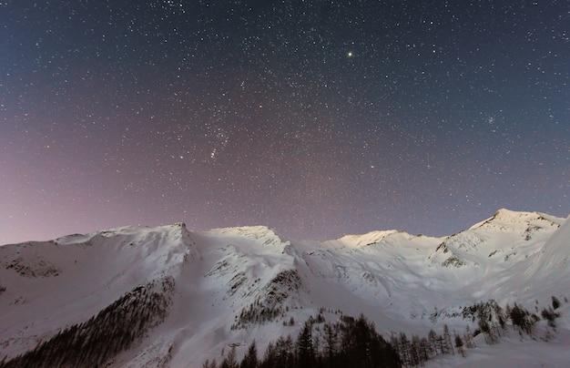 Bergbedeckter schnee unter stern