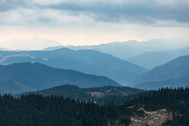 Bergblaue gradientenlandschaftspanorama-dämmerung in bergen