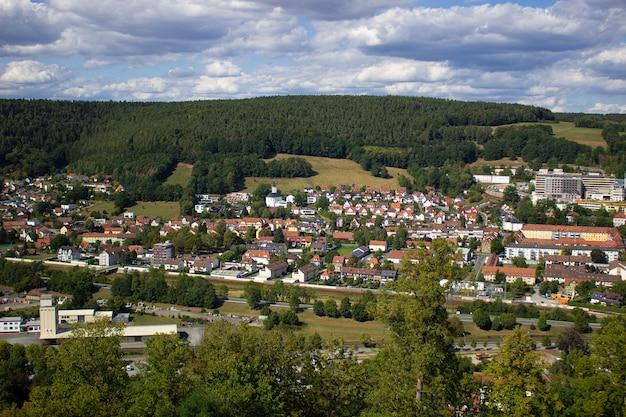 Bergblick auf die stadt in deutschland. gehen sie durch das schlossgelände.