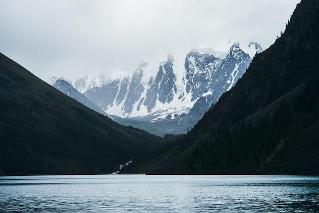 Berge bedeckt mit schnee und seelandschaft