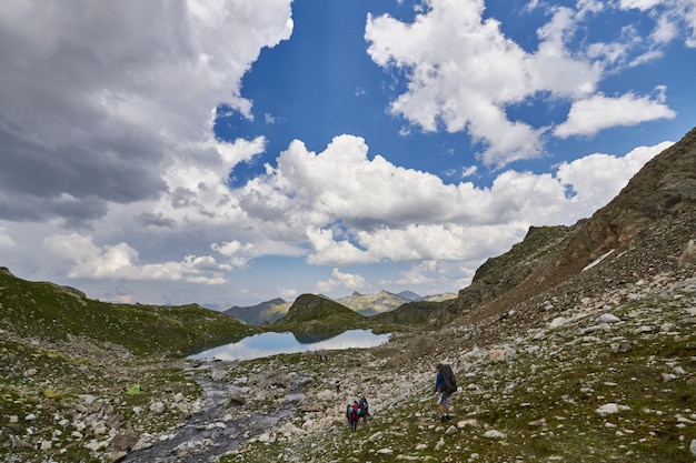 Berge des kaukasus reichen arkhyz, sofia see, bergsteigen, wandern und wandern. fabelhafte berge des kaukasus im sommer. große wasserfälle und tiefblaue seen. erholung im freien
