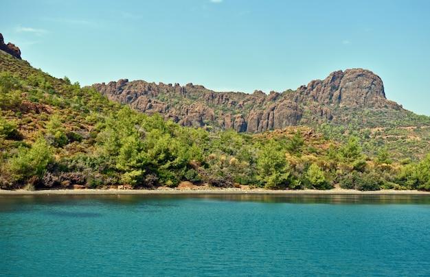 Berge, felsen, bäume an der meeresküste
