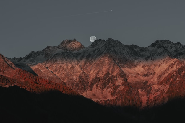 Berge hinter vollmond