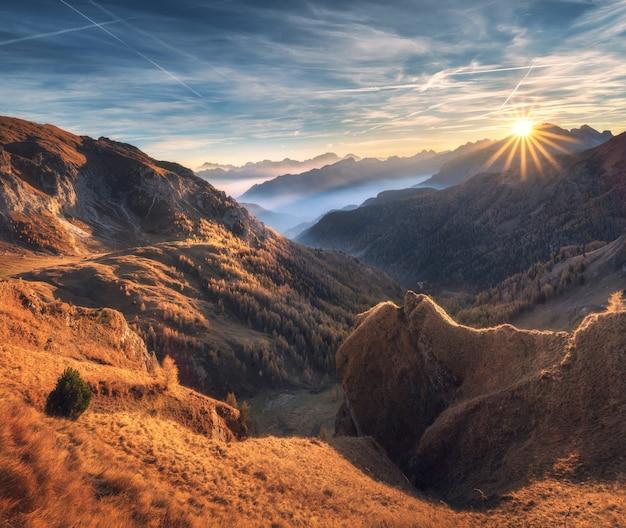 Berge im nebel bei schönem sonnenuntergang im herbst