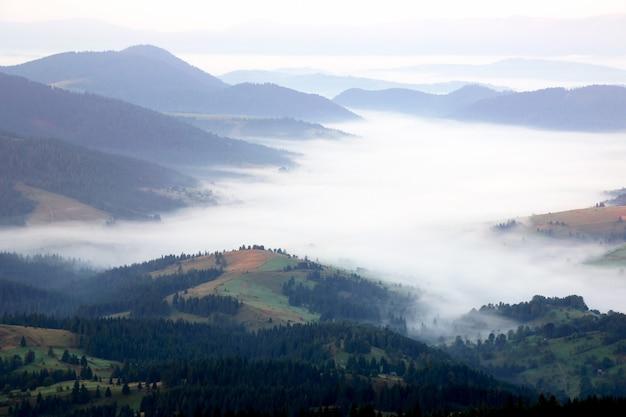 Berge im nebel vor sonnenaufgang