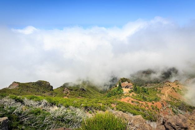 Berge in wolkenlandschaft