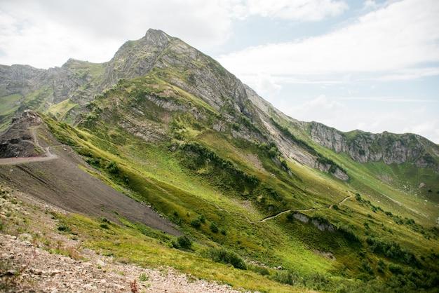 Berge mit alpenwiesen in sotschi. krasnaya polyana.