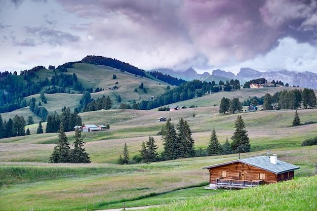 Berge mit dorfhäusern in der nähe von welschnofen