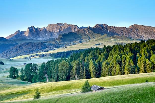 Berge mit holzhäusern in der nähe von welschnofen