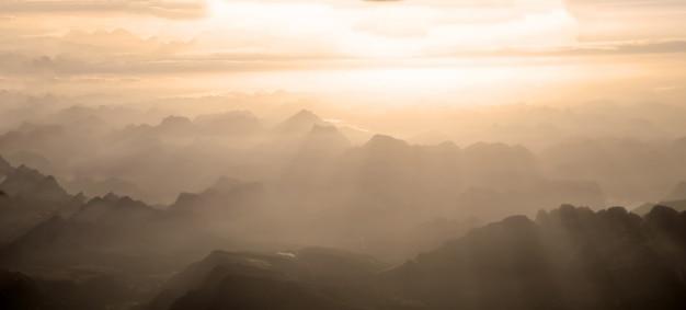 Berge mit sonnenuntergangstrahlen