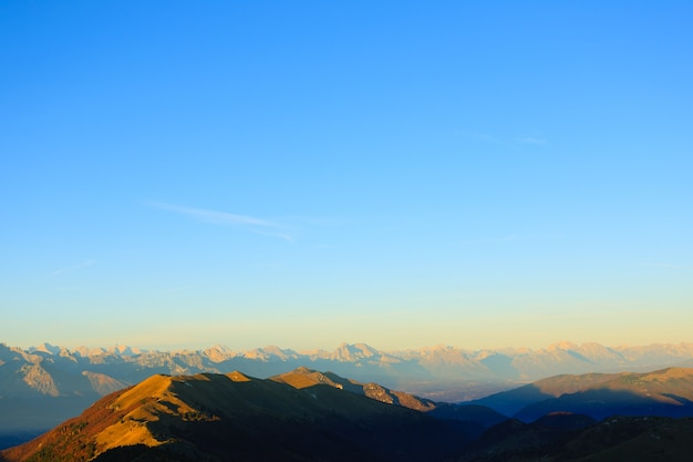 Berge oben auf blauem himmel naturhintergrund italienische alpen