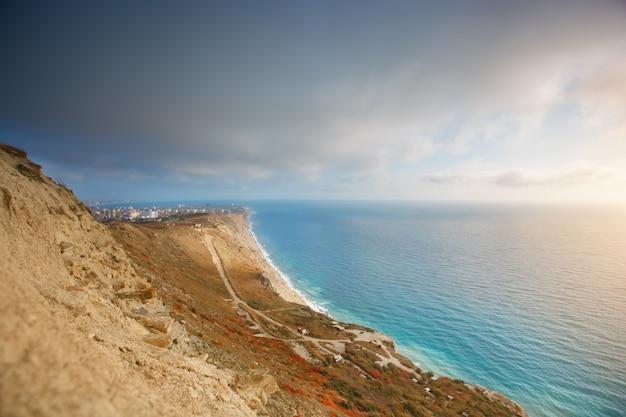 Berge und eine seelandschaft mit dem blauen himmel. schwarzes meer, russland. schöne aussicht auf die stadt.