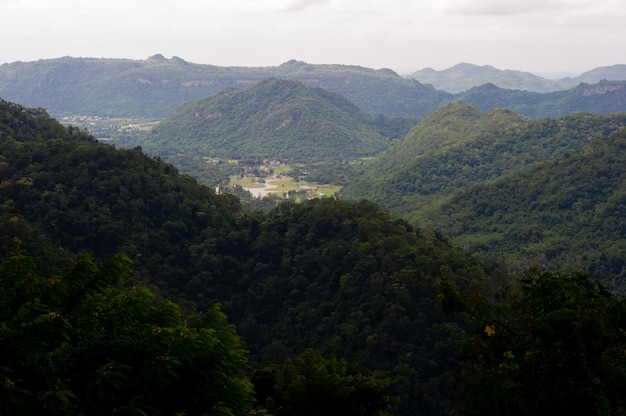 Berge und himmel in der regenzeit und natürliche schönheit