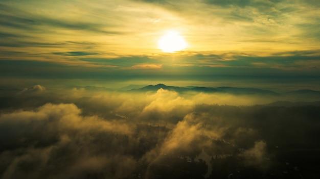 Berge und nebel in thailand