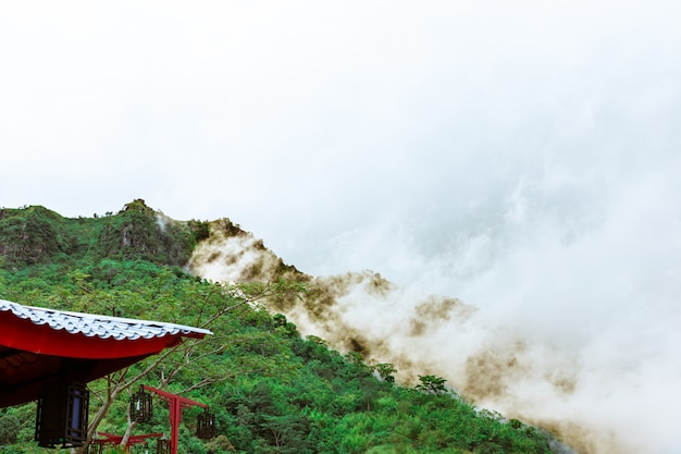 Berge und schöner nebel auf der chinesischen pagode