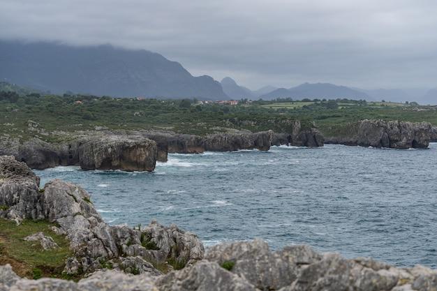 Berge und seelandschaft in der nordküste in asturien, spanien