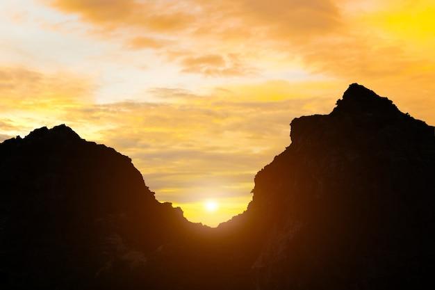Berge und sonnenaufgang abendhimmel