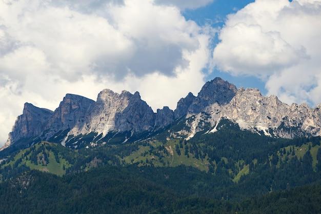 Berge und wald am pragser wildsee