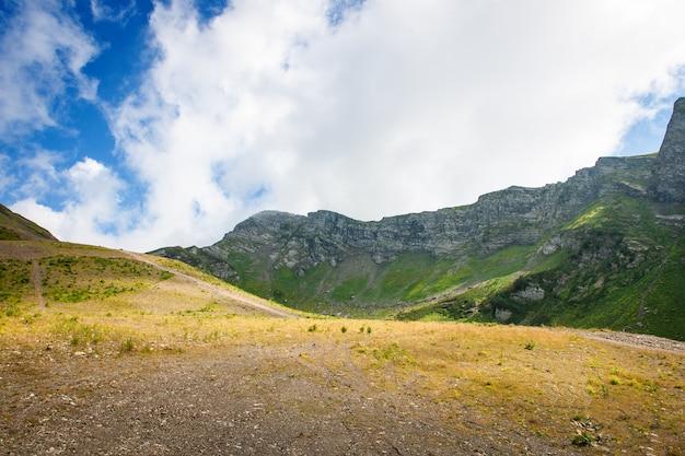 Berge unter blauem himmel weiße wolken panorama