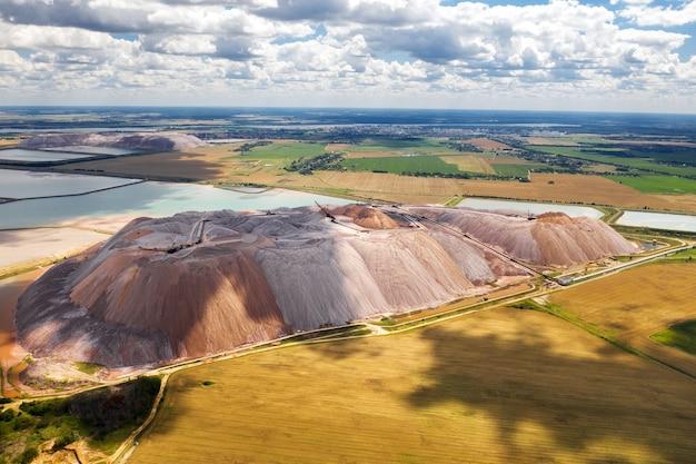 Berge von produkten zur herstellung von kalisalz und künstlichen stauseen. salzberge in der nähe der stadt soligorsk. herstellung von düngemitteln für das land. weißrussland.