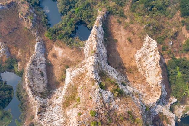 Bergfelsen und hoher klippenstein ratchaburi thailand