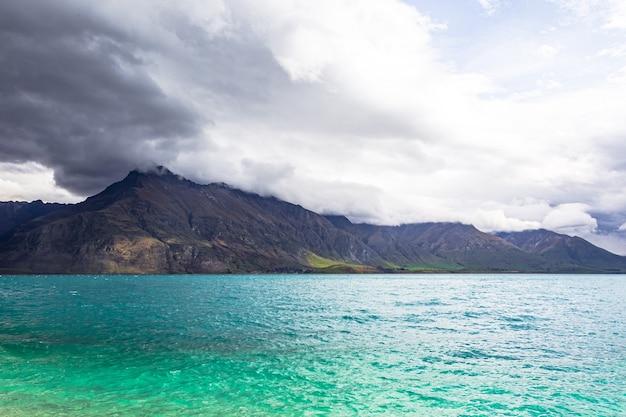Berggipfel am ufer des türkisfarbenen sees lake wakatipu queenstown in neuseeland