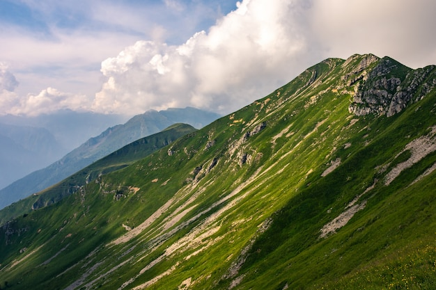 Berggipfel mit dem hang in grünem gras bedeckt