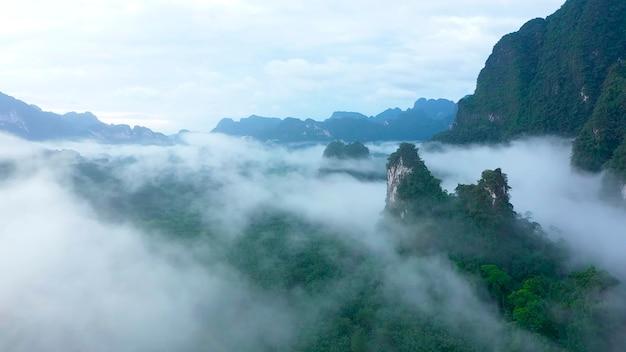Berggipfel ragen unter den wolken hervor thailand