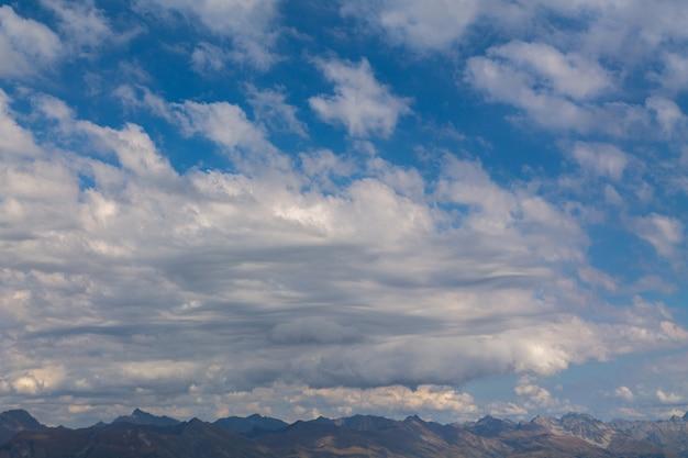 Berggipfel umgeben von üppigen wolken. bergwald