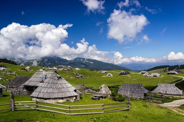 Berghaus auf idyllischem hügel