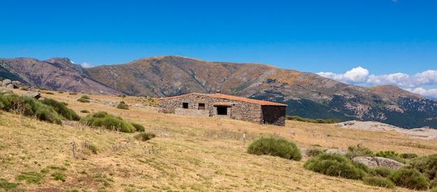 Berghütte el pozo de la nieve in tiemblo, avila. route durch das iruelas-tal in castilla y leon, spanien.